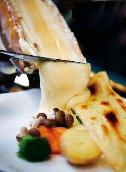 隠れ家的ワインバーで前菜・手打ちパスタ・ラクレット・チーズの盛り合わせなど充実のおまかせ全8品