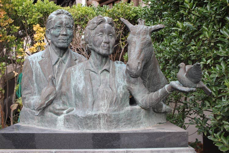 創業者である岡部勇雄氏と、その奥様の記念碑